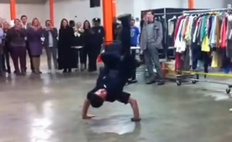 AMAZING !! STREET PERFORMER(MARCQIESE MARC) BATTLES NYPD COP TO STREET PERFORM
